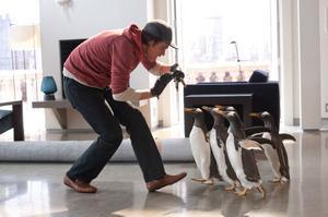 """Jim Carrey får oväntat besök i """"Poppers pingviner""""."""