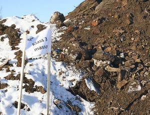 Vartefter massorna grävs upp och läggs på hög tas också prover som ligger till grund för riskklassningen.