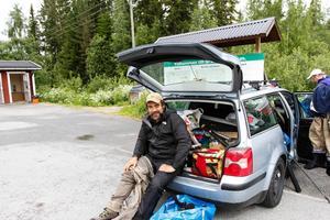 Andrés Jato förbereder sig för att bege sig ut i Gimån och fiska efter öring och harr.