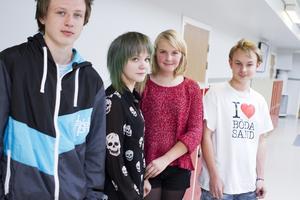 Tre av fyra positiva. Fredrik Hollsten, Neja Härdevik, Sofie Sievert och Joakim Nyman går på Tunboskolan. Sofie tycker inte om förslaget att ersätta läxläsning med mer skoltid.Foto: Magnus Östin