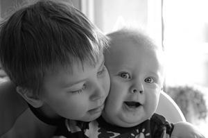 Noel hade morgonmys med sin lillebror Jasper innan han gick till skolan.