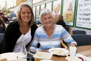 Karin Hultengren Backa åt surströmmingslunch med mormor Hillevi Hultengren. Det var första gången för Karin, som dock konstaterade att surströmming är inget för henne. Tunnbrödssmörgåsen var godare. Hillevi tycker surströmmingarna var mycket godare när hon var ung. Allting smakade faktiskt godare då.