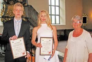 Brunflo Lions president Ingegerd Olofsson delade ut klubbens skolstipendium till Emma Olofsson klass 9B och till Mattias Svensson klass 9C.   Foto: Thore Johnson