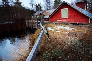 1918 startade energiproduktionen i Långfors vattenkraftstation. Vid en rutinkontroll förra veckan upptäcktes en skada som akut måste åtgärdas innan vatten kan släppas på i dammen igen.