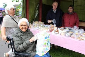 Vill inte missa Mockfjärdsdagen. Ingegerd Räms och dottern Anne-Britt Räms fyller på brödförrådet. Försäljare är Gerhard och Anneli Termén, Missionskyrkan.