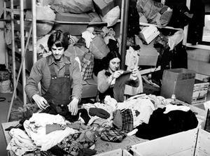 I oktober 1976 sorterar Stefan Skimutis och Terry Canaran kläder till en Rhodesiasändning.