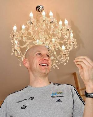 Lite trixande med kameravinkeln så blev Carl Johan Bergman plötsligt utrustad med en krona. Förhoppningen är att han får en något mer officiell kröning under VM i skid-skytte i början av februari.
