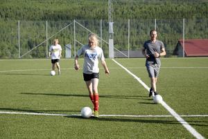 Närmare 300 ungdomar spelar fotboll i Åre under sommarsäsongen. En av dem är Thea Wallberg i F02-laget. Hon åker även puckelpist under vintern och tycker att fotbollsträningen gör henne starkare.