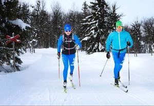 På banans högsta punkt susar fjolårets totalsegrare i långloppscupen Ski Classics, Jenny Hansson, förbi. Hon är på en träningsrunda tillsammans med klubbkompisen i Åre längdskidklubb Peder Andréson för att bekanta sig med banan.