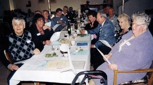 Före detta skolelever. Från vänster: Tryggve och Ann-Cathrin Andersson (född Westin), Gun Olsson (född Widerberg), Hans Forsberg, Lola Eriksson, och Ingrid Österberg-Olsson sjunger nya och gamla skolsånger.