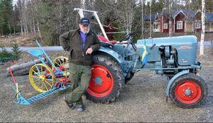DRAGARBILD:En Eicher Leopard med en Aktiv slåttermaskin är ett läckert blickfång när man kör in i Raftälvens by. På bilden ekipagets stolte renoverare, Dieter Bernhardt. Just den här traktorn har varit fotomodell i en tysk dokumentärbok över europeiska traktorer.