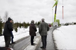 Det är spännande att se sina nya vindkraftverk växa upp.