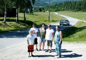 Byföreningen är besvikna på Vägverket. Nu kräver Hampus Edblom, Acke Åström, Jeanette Midhake, Agneta Fernlund och Ingemar Edblom en ordentlig upprustning av vägen så att den håller mer än någon dag.