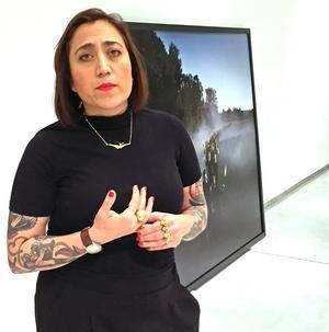 Aida Chehrehgosha visar sin utställning