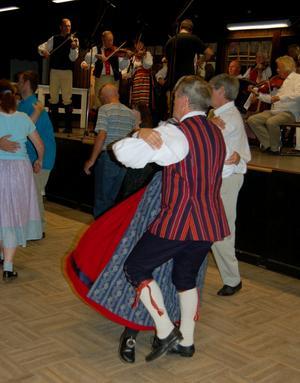 Gammeldans. Dansgolvet i Pelarsalen var fullt av par som snurrade runt till tonerna av Rättviks spelmanslag. Foto:Linnea Kallberg