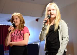 En duo. Sara Zedig och Linnéa Eriksson var sångsolister under konserten.