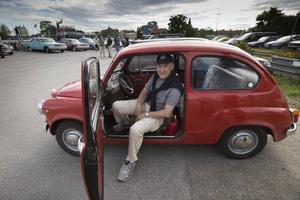 Erik Kadi i sin Fiat 600.