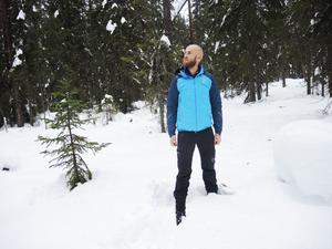 Riksdagsledamot Carl-Oskar Bohlin i Gyllbergens naturreservat, som under hösten är hårt drabbat av älgflugan.