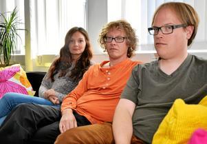 Besvikna kulturlärare. Madeleine Carlsson, Klas Friman och Stefan Jansson anser att sparbesluten slår för hårt. Madeleine hör till de nya lärare som de senaste åren pendlar till Lindesberg tills något annat dyker upp eftersom det känns så ovisst här.
