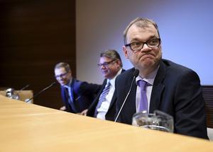 Alexander Stubb, Timo Soini och Jussi Sipilä i den finländska regeringen har fått ett underlag som konstaterar att Finland blir säkrare i Nato.