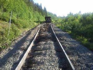 Ett godståg lastat med kalk i Orsa var på väg till Gällivare, då något gick fel. Sex av 22 vagnar gled av spåret och cirka 200 meter räls och slipers förstördes.