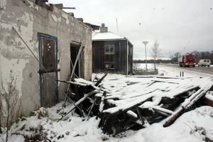BRÄNNS. Skärmtaket har rasat ihop. Det är krossade rutor, klotter och fullt med bråte. I många år har den förfallna macken i Grissla utanför Tierp varit en skamfläck. Nu tänker dock kommunen bränna ned den i vår.