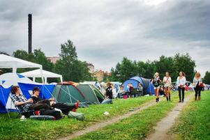 Som en luftig och glad förfest, ungefär så kändes yrancampingen strax innan den första festivalkvällen drog igång.