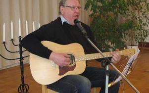 Per Lagerqvist är ofta med och både sjunger och leder allsången.