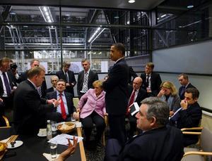 Årets bild. Danmarks Lars Lökke Rasmussen pratar med USA:s president Barack Obama och flera av EU:s ledare.