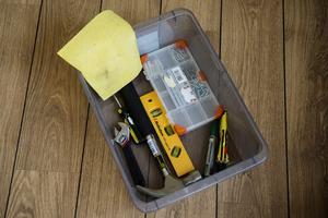 Ta med en låda med verktyg, märkpenna och sådant du behöver ha tillgång till direkt utanför det övriga flyttlasset.