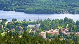 I Smedjebacken kan du ta en promenad upp på Uvberget där det finns slingor och stigar med varierad längd. Den här vyn är från utsiktstornet som ligger där. Från det kan du se större delen av kommunen, bland annat Morgårdshammar och Norrbärke kyrka. I bakgrunden glittrar också sjön Barken, som är den sista delen av Strömsholms kanal.