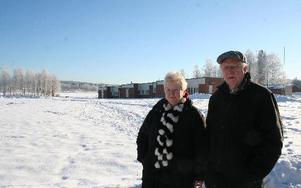 Ulf Elgemyr och Anita Holmström vill se en park på den så kallade gasverkstomten bredvid Södra skolan. Inte en parkeringsplats.    foto: erik jerdén