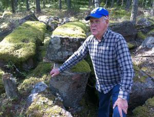 Ragnar Forslund har letat efter svar på varför stenblocken i skogen lades ut i flera årtionden. Än i dag ligger de huggna blocken kvar i skogen. I dag är det mesta av träpinnarna som lagts upp mellan blocken bortruttnat, men någon finns kvar. Mossan har också gjort sitt bästa för att dölja blocken.