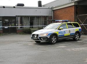 Polisen har spärrat av lokalerna.