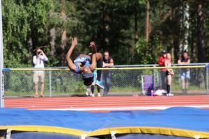 Feben Tewelde vann höjdhoppet på 1,56. Här hoppar hon på en av de lägre höjderna.