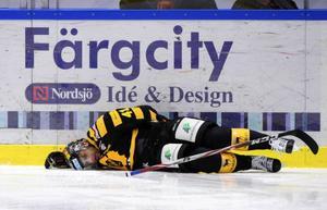 Sådana här otäcka bilder är tyvärr allt vanligare på våra hockeyrinkar. En livlös Pierre Edouard Bellemere i Skellefteå har däckats efter en smäll som höll honom borta från hockeyn ett bra tag.