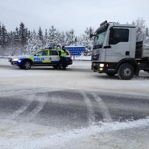 Polisen leder om även den norrgående trafiken på E4. Detta på grund av explosionsrisken vid saneringsarbetet.