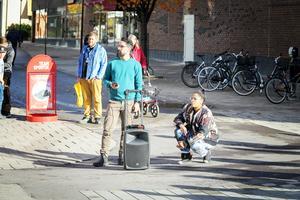 En vandrande ljudanläggning följde föreställningen Moln genom Bollnäs.