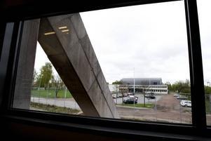 Gammalt och nytt. Utsikt över gamla arenan på Jernvallen. Arkitekturen går igen i den nya med det välvda taket.