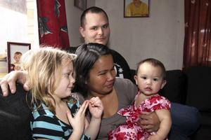 Chona Espinosa omringad av sin familj, sambon Andreas Ludvigsson, hans dotter Emmy och gemensamma dottern Alice. De andra syskonen, Hazel och Ivan, är i skolan.