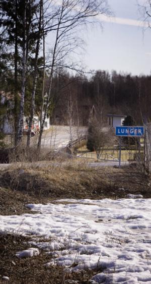 Vägen genom Lunger. De boende vill ha hastighetsbegränsat till 50 km/t.