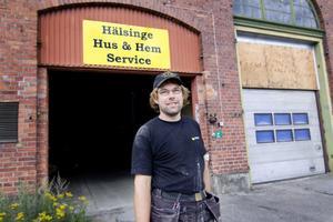 Thomas Laux har kommit överens med Bollnäs kommun om att flytta ut från lokstallarna under våren. Han flyttar sin verksamhet till Säversta där han förvärvat en fastighet.