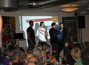 Mora IK presenterade två nyförvärv på lördagskvällen i samband med fansdagen, men ingen av de två var på plats. Det var däremot tre andra nyförvärv som varit klara sedan tidigare. Från vänster Oscar Bäcklin, Claes Nordén och Tomas Larsson intervjuas av Kenny Åström.