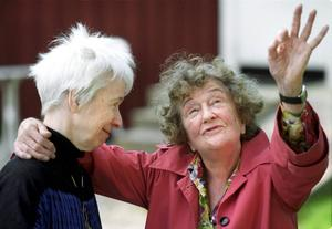 Sara Lidman och Hjördis Schymberg på Schymbergsgården 2000.