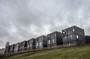 Nybyggda radhus på Värdshusvägen i området Sjöterrassen i Fittja.  Om du gillar vad du ser är du nog i en minoritet.