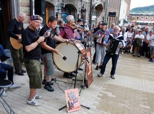 Åsgård Session band passade på att visa upp sig på torget inför sommarens stora spelning i augusti, som kommer att bli just på Åsgård vid Rissna.