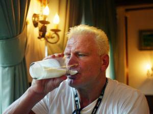 För 30 år sedan flyttade Frank Andersson till Sundsvall. Här brottades han för SAIK. Efter tre år drog han vidare. Han gillar att gå ut med gamla kompisar och det har han gjort i helgen. Men i går var det mjölk som gällde på krogen.