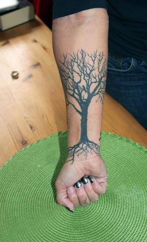 På ena armen, över ärren från hundattackerna, har Shaushone låtit tatuera ett träd, livets träd.