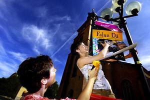 Affischerar. Christina Staberg och Anne-Lie Sahlin ser till att alla får veta att det snart är dags för de historiska festdagarna Falun då. Programpunkterna är många i Världsarvet mellan den 28 juni och 1 juli.