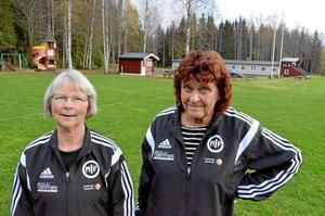 Wivianne Högman och Inger Jonsson, Mullhyttans IF, vid klubbstugan på Åsavallen.